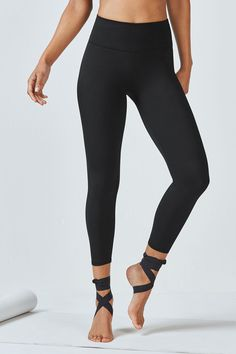 Not quite a legging, not quite a capri, our 7/8 length is the perfect silhouette for those who fall in between. Its high-rise waist with a power mesh lining str