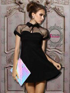 precioso Vestido negro, con cortes su parte superior con escote a pico de gasa negra y mangas cortas, muy de los años 50 y cortito.