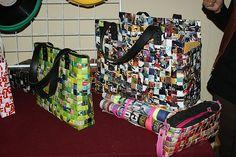 Una buena manera de reciclar el papel de periódico o revistas es elaborando carteras, bolsos, billeteras de papel. by MINAMPERU, via Flickr