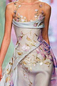 Haute Couture Spring 2017 Robe drapée bleu clair et feuilles d'or Georges Chakr. Couture Mode, Couture Fashion, Runway Fashion, Haute Couture Style, Chanel Couture, Vestidos Fashion, Fashion Dresses, Look Fashion, Fashion Details