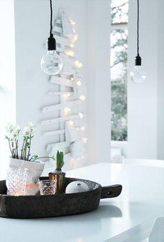 Een kerstboom hoeft niet zo opvallend of aanwezig te zijn. Een mooi voorbeeld van een subtiele, maar nog steeds leuke kerstboom!