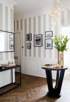 Beautiful Striped Walls Living Room Designs Ideas – Home Interior and Design Sweet Home, Small Hallways, Table Design, Inspirational Wallpapers, Hallway Decorating, Decorating Ideas, Decor Ideas, Interior Decorating, 31 Ideas