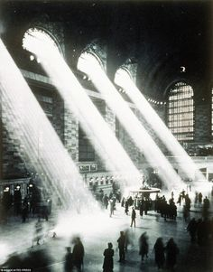 Makes the OFFICIAL watch of Grand Central Terminal! The main concourse of Grand Central Terminal, in New York, is seen from the Campbell apartment in this 1937 photo Vintage Photography, Street Photography, Yoga Photography, School Photography, Mega Series, Vintage New York, Vintage Black, Foto Art, Science And Nature