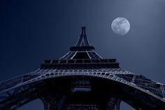 The moon is the guide, Come this way tonight...@sonrisadfrisbee   RT>@PaulHewittPhoto Eiffel Tower under moonlight. pic.twitter.com/5jahfM0qsN