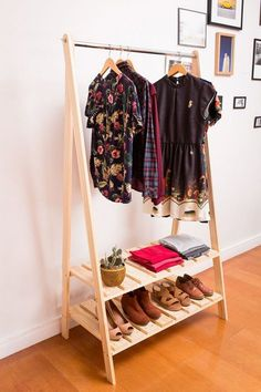 Wooden Pallet Pallet cloth hanger - Home renovation demands durable and reliable pallet storage projects. Home decor is an integral part which makes your home looks like a splendid place to live. Unique Home Decor, Home Decor Items, Ikea Regal, Pallet Storage, Wood Storage, Rack Design, Design Design, Wooden Pallets, Pallet Furniture