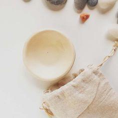 Psst! Știai că multe din produsele @delairina pot fi combinate între ele?🤹♀️ Și dacă te pricepi, le poți combina și cu alte produse sau ingrediente găsite prin casă și /sau grădină /aprozar, pentru un răsfăț total personalizat și o piele care zâmbește// 😊 .  De pildă : 🔸🔸🔸 dacă ai ten normal spre uscat și nu ai probleme cu acneea sau puncte negre, amestecă un pic de alifie — Provence sa zicem—sau un pic de unt pentru corp (Mușețel, Provence) cu uleiul pentru ten sensibil Libra calm (să…
