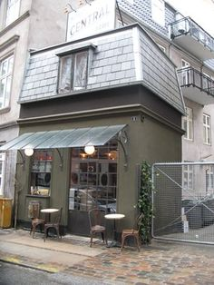 Central Hotel & Café. Tullinsgade 1, Vesterbro/Frederiksberg.  Københavns minste kafé, og verdens minste hotell. Koselig som bare det!