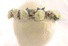 Detalle tocado comunión artesanal rosas pitimini crema