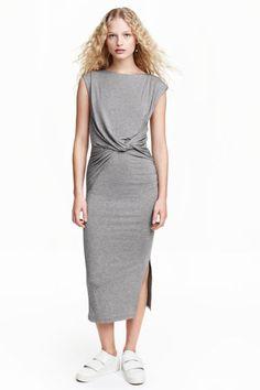 Dlouhé přiléhavé šaty z žerzeje. Mají trochu širší výstřih 9a4c10fd8ce