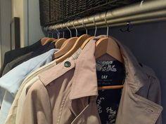 Ett superenkelt knep för att få din hall eller garderob att se mindre rörig ut är att satsa på likadana galgar. Det ger ett enhetligare intryck. Hänger du dessutom dina kläder i färgordning så blir det ännu mer enhetligt.