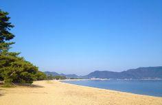 【香川県】 香西志帆さん(百十四銀行 営業統括部/週末映画監督・銀行員)に聞きました。/Q.2おすすめの瀬戸内のスポット/自慢の瀬戸内の一品を教えて下さい。………A.昨年のメインロケ地にもなった「津田の松原」です。白い砂浜に、見たこともないような青い海。四国から見える海の中できっと一番青いんじゃないかと。3千本あると言われる松原もそうですが、昔からずっと地元の方が大事に守っている風景がそのまま残っています。あと、松原の付近は「かき焼き」のメッカです。とれたての牡蠣を食べ放題で石の上で焼いて食べます。本当においしいので、ぜひ遊びにきてくださいね。 #Kagawa_Japan #Setouchi