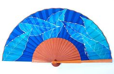 Abanico mediano hojas lanceoladas azules Pepitina Ruiz. Hand Held Fan, Hand Fans, Cool Stuff, Capsule Wardrobe, Beautiful, Crochet, Craft, Watercolor Painting, Painted Fan
