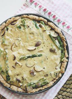 Grüner Spargel trifft auch Champignons und vereinigt sich zu einer wunderbar frühlingshaften Quiche - Natürlich vegan, gesund und oberlecker!