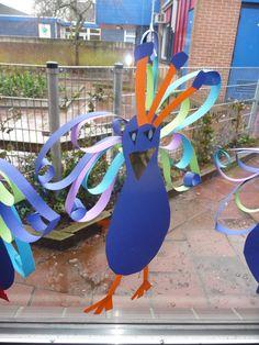 Map juf Ineke: een pauw VLL. Kinderen knippen een mal uit, beplakken de kop en maken de veren van gekleurde stroken die vastgeniet worden.