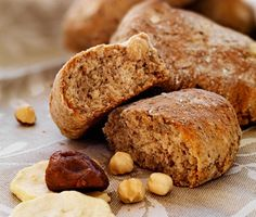 För dig som tycker om att baka ditt eget bröd är det här ett perfekt recept. Resultatet ger riktigt grova och saftiga frallor innehållande frukt och nötter. Frallorna är mättande och dessutom fyllda av nyttigheter!