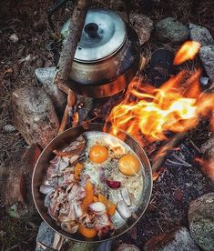 Top bushcraft know-hows that all survival hardcore will want to master today. This is basics for SHTF survival and will definitely defend your life. Fire Cooking, Outdoor Cooking, Outdoor Food, Outdoor Survival Gear, Survival Hacks, Bushcraft Camping, Camping Survival, Campfire Food, Camping Meals
