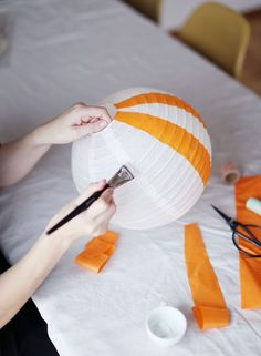 IKEA hack: DIY balloon lamp for the kids room by hacking Regolit from IKEA. Baby Shower Deco, Shower Bebe, Baby Boy Shower, Birthday Gifts For Kids, Diy Birthday, Ikea Hack Kids, Diy Hot Air Balloons, Diy And Crafts, Crafts For Kids