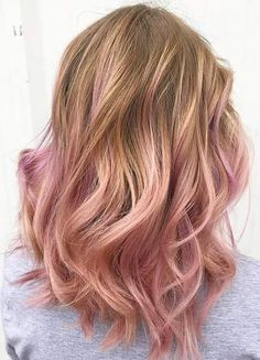 Rose gold ombre hair is a really big trend, and it seems to show no sign of fading away as the weather warms up. Here are some great colour combinations you can put with the stunning pinks to get that rose gold ombre hair. Cabelo Rose Gold, Cabelo Ombre Hair, Gold Hair Colors, Ombre Hair Color, Hair Colour, Weird Hair Colors, Pink Color, Pink Hair Highlights, Peekaboo Highlights