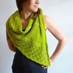 Viridis, in Latin, means green, verdant, fresh and vigorous, and often refers to plants. This shawl pattern is exactly this, a fresh pattern with not-too-long rows that creates a motivating knitting pace, with a construction simpler than most shawl patterns, and a pretty flowery stitch pattern. It is worked sideways and combines cables, lace and garter stitch, and can be made as big - or small! - as desired.