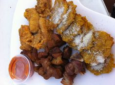 Puertorican food!! Tostones con queso parmesano, chicharrones de pollo y carne decerdo frita!!!!! Mmmm delicioso!!