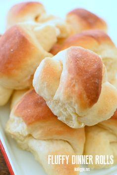 Light and fluffy dinner rolls with a fool proof method to make sure they always turn out amazing. They will be the star at your dinner table. Homemade Dinner Rolls, Dinner Rolls Recipe, Bread Recipes, Baking Recipes, Snack Recipes, Croissant, Biscuit Cinnamon Rolls, Fluffy Dinner Rolls, Kolaci I Torte
