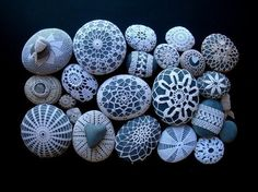 So pretty! Margaret Oomen's Little Urchin Crochet Covered Sea Stones - Knitting Crochet Sewing Crafts Patterns and Ideas! - the purl bee Crochet Stone, Love Crochet, Crochet Hooks, Beautiful Crochet, Crochet Lace, Thread Crochet, Purl Bee, Rock Crafts, Arts And Crafts