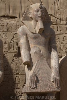 Statue de Thoutmosis III (1479-1425 av. J.-C.) dressée devant le VIIe pylône du temple d'Amon à Karnak, Nouvel Empire, XVIIIe dynastie.