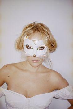 """Chloë Sevigny'nin şahane kedi maskesi, ekibimizde """"bugün makyajı boşverip, yüzümüze bir maske iliştirerek mi çıksak"""" düşüncesini yarattı."""