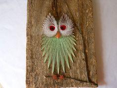 Zeer koele tekenreeks kunst een drijfhout of misschien oude schuur hout. Heeft een grote takje perch de uil zit op. Door het licht van een oranje kwartier. Meet 19-inch hoog door 10 breed. Zeer mooi stukje natuur kunst. In uitstekende staat zijn geen tekenreeksen beet. Drijfhout is droog maar solide.
