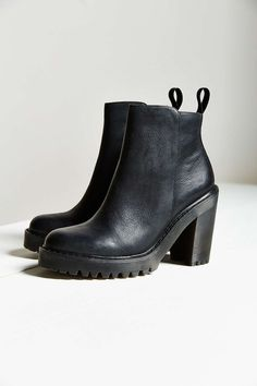 42f30d9851 Dr. Martens Magdalena Boot - Urban Outfitters Looks De Inverno