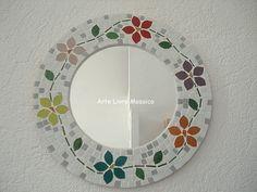Base MDF, trabalho em mosaico com pastilhas de vidro. <br>Base: 30 cm diâmetro <br>Espelho: 20 cm diâmetro
