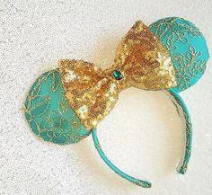 Jasmine Minnie ears new sparkly bow added I think I would make the jewel drop down on forehead somehow. Disney Ears Headband, Diy Disney Ears, Disney Headbands, Disney Mickey Ears, Disney Bows, Disney Diy, Disney Crafts, Cute Disney, Disney Style