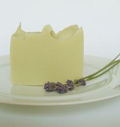 Body & Hair Shower Bar Olivenöl - Lavendel. Leichte handgemachte Naturseife für die Pflege von Haut und Haar.  Palmölfrei