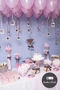 Decora el techo de tu mesa dulce con globos y fotografías de a quien le festejas. #MesasDulcesBogota