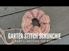 How to knit Scrunchies:Part 1 Crochet Bookmark Pattern, Knit Headband Pattern, Crochet Bookmarks, Knitted Headband, Easy Knitting, Knitting Patterns Free, Crochet Patterns, Knitting Needles, Crochet Yarn