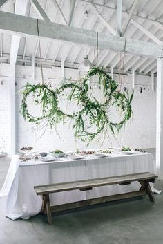 Bringing table styling to the next level with a DIY hanging floral installation. // Tischdekoration auf einem neuen Level: hängende Blumeninstallation über dem Tisch. #enjoysiemens