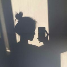 girl shadow Image about girl in Ulzzang by AM on We Heart It Shadow Photography, Girl Photography Poses, Tumblr Photography, Bad Girl Aesthetic, Aesthetic Photo, Aesthetic Pictures, Foto Mirror, Shadow Pictures, Shadow Pics