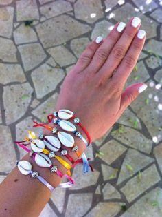 Bracelet Fortaleza  Bijoux fantaisie et tendance pour cet été 2014. Ruban de satin et coquillage cauris