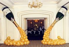45 Awesome DIY Balloon Decor Ideas for your party! These balloon decorations will make any event festive. Make a balloon garland for your next event! Diy Ballon, Champagne Party, Champagne Balloons, Champagne Bottles, Champagne Birthday, Gold Balloons, Great Gatsby Party, 1920s Party, Silvester Party
