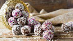 Søte og lett knasende sjokoladekuler med kokos hører julen til. Hvis du ikke er glad i smaken av kaffe, kan du droppe å tilsette det. Denne oppskriften gir cirka 30 boller. Tips: Bollene kan også rulles i kakestrøssel. Norwegian Christmas, Xmas Food, Sweet Tooth, Food And Drink, Sweets, Candy, Snacks, Cookies, Chocolate