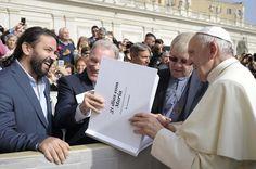 Vaticano – Papa Francisco recebe um presente do Boletim Salesiano de Portugal