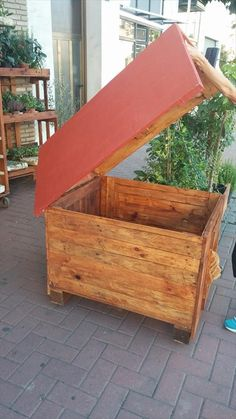 Pallet Dog House Made From Reclaimed Wood