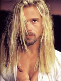 Brad Pitt - Looks awesome with long hair Cabelo Do Brad Pitt, Brad Pitt Hair, Brad And Angelina, Kris Kristofferson, Jolie Photo, Actors, Gorgeous Men, New Hair, Blonde Hair