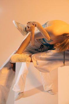 Adidas Originals для своей новой коллекции ретро-модели Gazelle создал атмосферный лукбук в коллажном стиле 80-х.