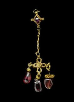 A Byzantine gold and garnet pendant Circa Century A. I'm still designing and making very very similar pendants and earring in gold or silver and garnet! Byzantine Gold, Byzantine Jewelry, Renaissance Jewelry, Medieval Jewelry, Ancient Jewelry, Antique Jewelry, Vintage Jewelry, Antique Brooches, Antique Gold
