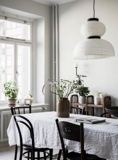 The living room is the location of your house which is ideal for decorating with a vintage mirror. Rooms Ideas, Dining Room Inspiration, Interior Inspiration, Minimalist Home Decor, Dining Room Lighting, Dining Rooms, Room Interior Design, Kitchenette, Of Wallpaper