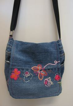 Kierrätys farkkulaukku - Recycled jeans bag Denim Bag, Denim Outfit, Denim Jeans, Denim Handbags, Jean Crafts, Recycle Jeans, Recycled Denim, Sewing Crafts, Recycling