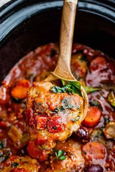 Slow Cooker Chicken Cacciatore - an easy crockpot meal loaded with tender chicken, tomatoes, bell peppers, kale, carrots and . Use sauté and slow cooker functions of Instant Pot. Cacciatore Recipes, Chicken Cacciatore Easy, Instant Pot Chicken Cacciatore Recipe, Law Carb, Carpaccio, Healthy Slow Cooker, Cooking Recipes, Healthy Recipes, Brisket
