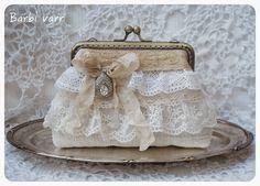 Frame purse with lace. Vintage Purses, Vintage Bags, Vintage Handbags, Bridal Handbags, Lace Bag, Diy Sac, Frame Purse, Pencil Bags, Purse Patterns
