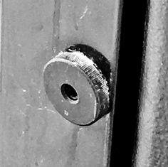 Een punt in het kader van een raam waarin nog een punt in zit verwerkt.